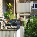 Blomlådor på insidan av balkongräcke